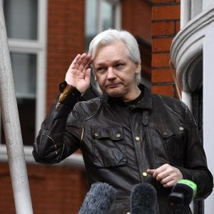 """L'Ecuador rigetta il ricorso di Assange: """"Tenga pulito"""""""
