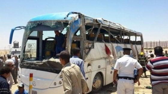 """Egitto, attacco terroristico a bus di cristiani copti: """"Almeno 7 morti"""". L'Isis rivendica"""