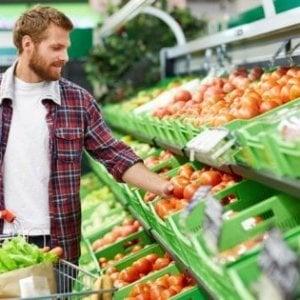 Italiani meno spreconi e con più sensi di colpa, ma uno su cento getta via cibo ogni giorno