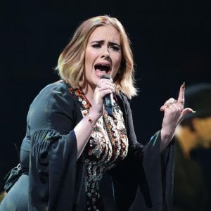 Adele è la fan numero uno delle Spice Girls, lo scatto da bambina con la girl band