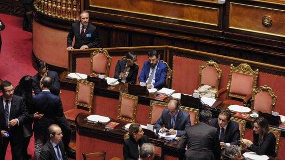 """Il Senato approva il decreto sicurezza, 163 sì e 59 no. 5 i dissidenti M5s. Salvini: """"Il governo non è a rischio"""""""