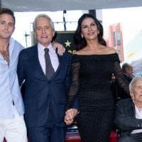 Michael Douglas,  per la stella sulla Walk of Fame: papà, figlio e baci a Catherine Zeta-Jones