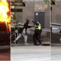 Melbourne, uomo accoltella passanti e poi aggredisce i poliziotti: la fotosequenza