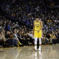 Basket, Nba: Milwaukee travolge Golden State, Curry ko. Gallinari si arrende a Portland