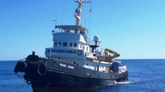 """Migranti, la denuncia della nave Mare Jonio: """"Malta ritarda avviso di soccorso, non vuole che interveniamo"""""""