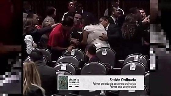 """""""Hanno ucciso mia figlia"""", le grida in aula della parlamentare per """"l'ennesimo"""" omicidio in Messico"""