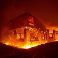 Tornano gli incendi in California, Malibu accerchiata dalle fiamme