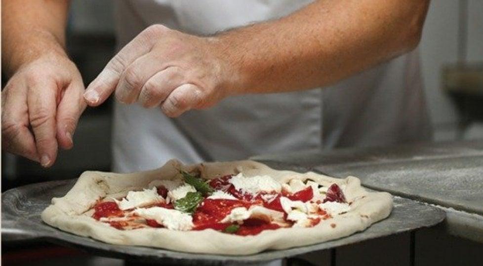 """E finalmente la Pizza  ha la sua """"enciclopedia"""":  storia ragionata di un mito"""