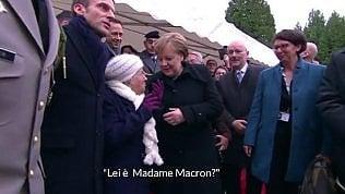 Scambia Merkel per la moglie di Macron: il siparietto è delizioso