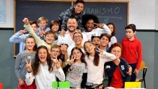 Tutti ridono tranne lui: il bimbo in maglia rossa eroe di Twitter (e il social manager di Salvini lo trolla)