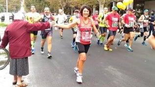 """La nonnina appostata a bordo pista """"dà il 5"""" a tutti i maratoneti"""