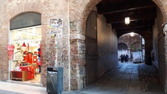 Verona, i muri della Casa di Giulietta non bastano più e le scritte d