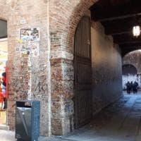 Verona, i muri della Casa di Giulietta non bastano più e le scritte d'amore invadono la...