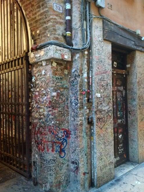 Verona, le scritte d'amore dei turisti deturpano la Casa di Giulietta e tutta via Cappello