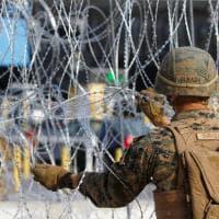 Carovana dei migranti in Messico, i soldati Usa blindano il confine con filo spinato e...