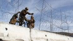 Foto Carovana migranti, l'esercito Usa blinda con cemento e filo spinato la frontiera col Messico