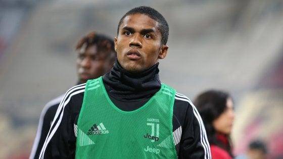 Juventus, incidente stradale per Douglas Costa: illeso