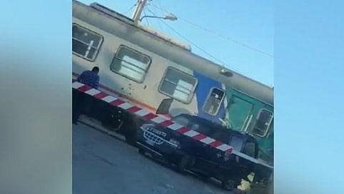 Bloccato nel passaggio a livelloil treno travolge la sua auto