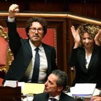 Decreto Genova, disco verde al Senato con 167 sì: è legge. Ma è bagarre per il pugno...