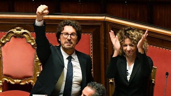Decreto Genova, disco verde al Senato con 167 sì: è legge. Ma è bagarre per il pugno alzato di Toninelli