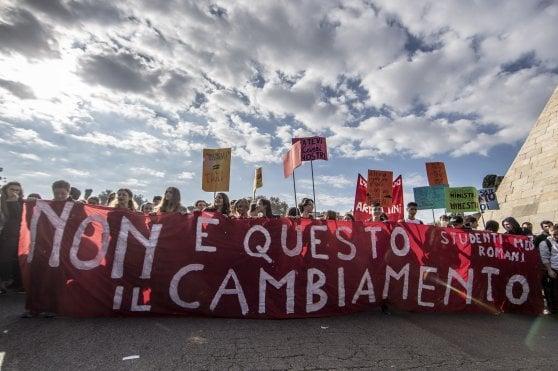 """Scuola, studenti in piazza contro i tagli del governo: """"Siamo 100mila"""""""