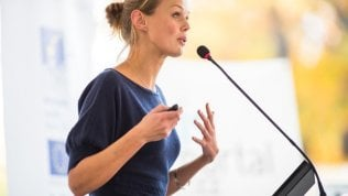 Paura di parlare in pubblico, colpisce soprattutto le donne