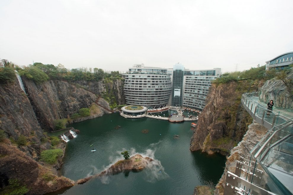 Shanghai, albergo costruito in una cava: è il primo al mondo