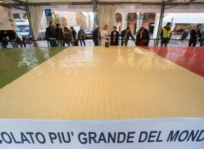 Bologna, ecco la tavola di cioccolato più grande del mondo che vale l'ingresso nel Guinnes