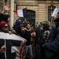 """Francia, """"gilet gialli"""" in piazza: scontri e lacrimogeni vicino all'Eliseo. Una morta e..."""