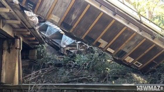 Treno deraglia: decine di carrozze cadono da un ponte sulla highway 90