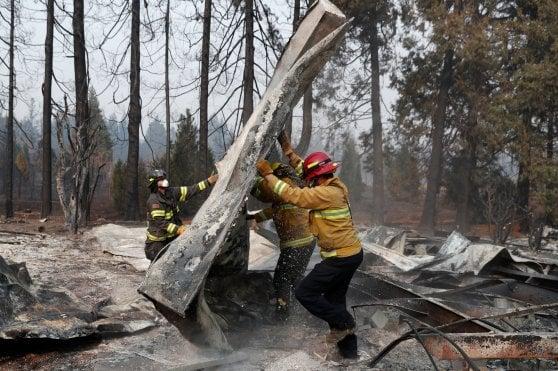 """California, più di 1300 ancora dispersi. Trump a Paradise: """"Colpa della gestione delle foreste"""""""