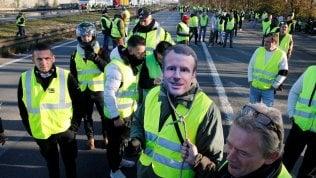 """Gilet gialli, il governo non cede alla protesta: """"Avanti con le tasse sui carburanti"""" video"""