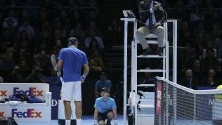 Federer tradito dal raccattapalle:si ripete il punto e perde il match