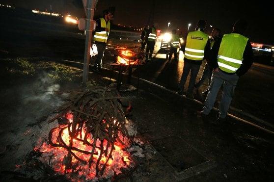 """Francia, il governo tira dritto: """"Avanti con le tasse sulla benzina"""". 400 feriti nelle manifestazioni"""
