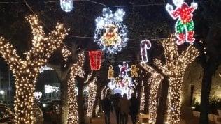 Tornelli e ticket da 5 euro per accedere al centro di Polignano addobbato per Natale: polemica