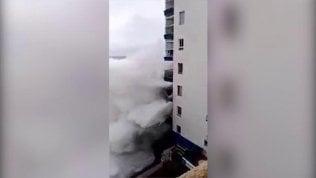 L'onda sul palazzo fa paura:sradicato balcone al terzo piano
