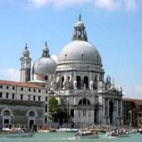 Venezia, multa di tremila euro per aver fatto pipì in un angolo della Basilica della...