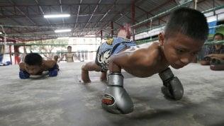 Muay Thai, le vite a rischio dei bambini che si battono sul ring fra tradizione e fuga dalla miseria