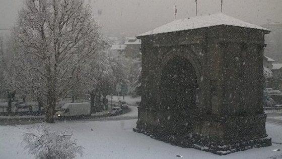 Maltempo, allerta arancione in sette regioni. Prima neve in Valle d'Aosta. Domani scuole chiuse a Napoli