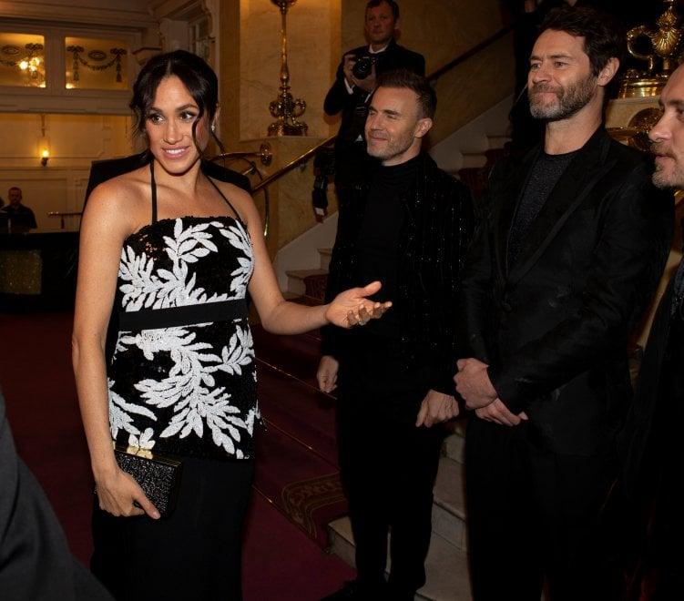 Una futura mamma in abito da sera: l'eleganza di Meghan Markle per l'incontro con i Take That