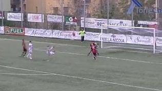 Doppio sombrero ai difensori e rovesciata: il gol è uno show
