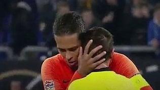 Le lacrime dell'arbitro in lutto: il bel gesto del calciatore