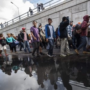 """Usa, Trump autorizza l'uso della """"forza letale"""" contro la carovana di migranti dal Messico"""