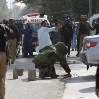 Doppio attentato in Pakistan, bomba in un mercato provoca 25 morti. Attaccato anche il consolato cinese di Karachi