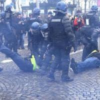 Parigi, scontri sugli Champs Elysees fra