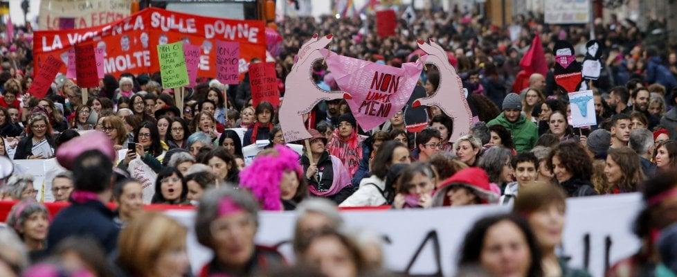 """""""Non una di meno"""", migliaia di donne in piazza a Roma contro la violenza"""