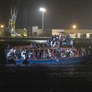 """Migranti, barcone con 236 migranti arrivato a Pozzallo. Salvini accusa Malta: """"Una vergogna, ci risiamo"""""""