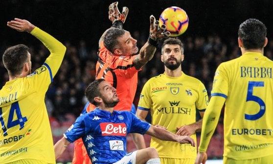 Napoli-Chievo 0-0, gli azzurri sbattono sui pali e Sorrentino