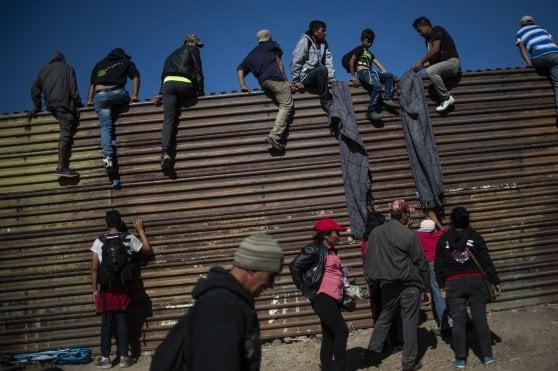 Usa chiudono il confine con il Messico per bloccare i migranti della carovana