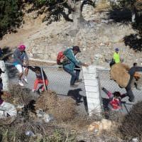 Migranti tentano l'assalto, Usa chiudono e poi riaprono la frontiera col Messico
